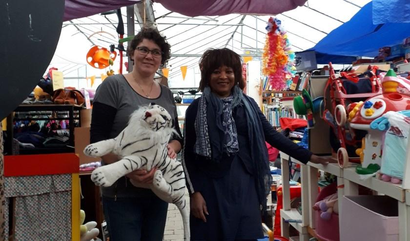 Marian van Moerkerk (links) en Nilva Dille hebben in de kerstvakantie de winkel van Deelkring Lent op orde gebracht.