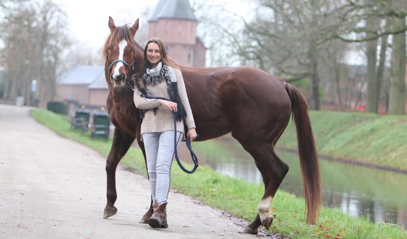 """Als Astrid niet aan het werk of aan het schrijven is, rijd ze paard. """"Het liefst buiten en in volle galop. Verder geniet ik volop van mijn pubers. Het leven door hun ogen te zien is een feestje."""""""