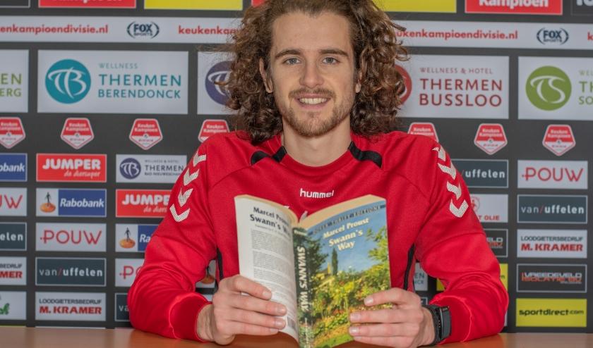 Maël Corboz is dé boekenwurm binnen de selectie van Go Ahead Eagles en geeft samen met vier teamgenoten tips om de komende weken lezend door te komen. (Foto: Jeffrey Hurenkamp)