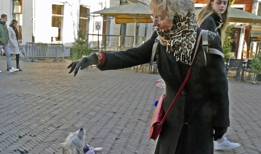 Vera Groen en haar dansende hondje Motti. Vera voelt zich veilig. (foto Auke Pluim)