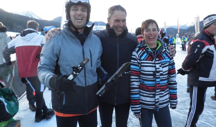 Martin Versteeg (links), broer Ad en zus Mieke direct na de finish van 200 km schaatsen. Foto Kees van Rongen