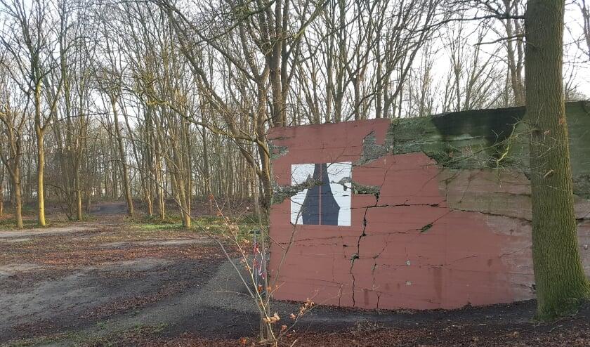 <p>Een schattig huisje in het bos met een raampje voorzien van gordijntjes? Nee, een Duitse bunker aan de rand van Veenendaal. (Foto: Bert Rietberg)&nbsp;</p>