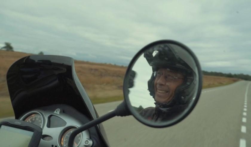 Hans Go reed maandenlang op de motor langs de zijderoute. Foto: Hans Go / de Vrije Uitgevers
