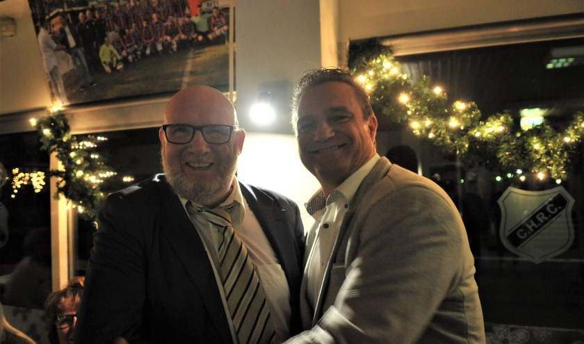 John Schouten is vijftig jaar lid van CHRC en wordt gehuldigd door voorzitter Paul Leertouwer (rechts). (foto: gertbudding.nl)