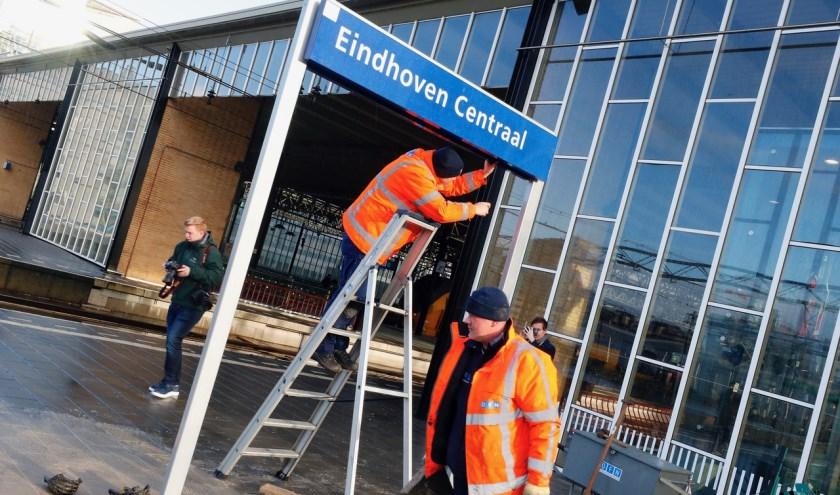 Enkele weken geleden werden de naamborden op het station al vervangen. (Foto: Bert Jansen).