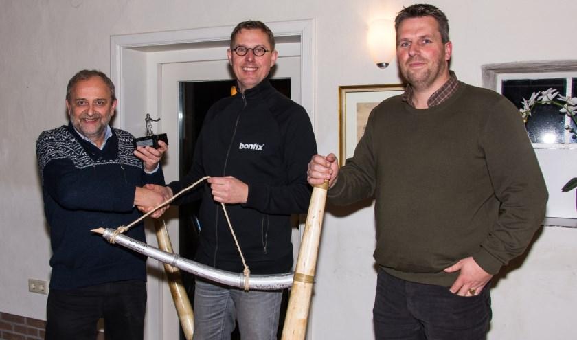 Klaas (links) toont de in Dalfsen gewonnen trofee en ontvangt de zilveren hoorn uit handen van Marcel van Buul  en voorzitter Rik de Weerdt.
