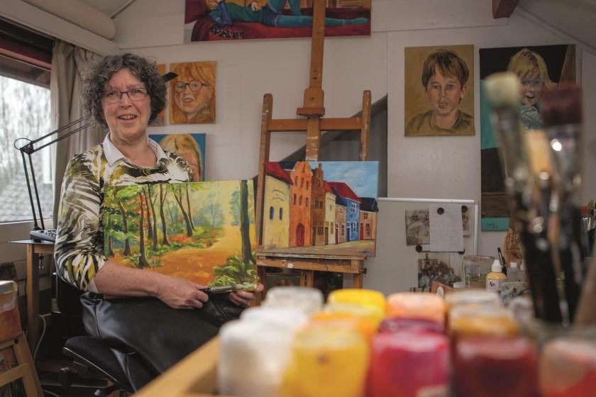 Kunstenares Carla Snellen in haar atelier aan de Julianastraat in Duiven.