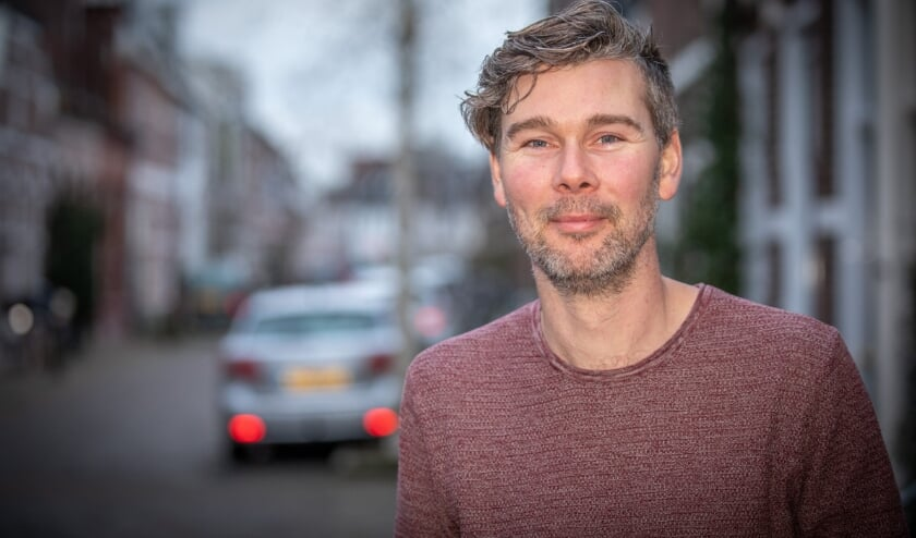 <p>Zwolle Sttadsdichter Jeroen Kraakman met zijn nieuwste dichtbundel /boek FotoPersBuro Frans Paalman Zwolle ©2020</p>