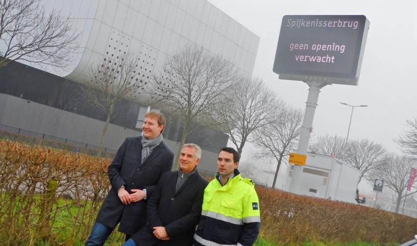 vlnr: wethouder Igor Bal van Nissewaard, districtshoofd Bart Keunen en projectleider  Jeroen Korving bij de berm-DRIP in Spijkenisse. Foto: JvdH