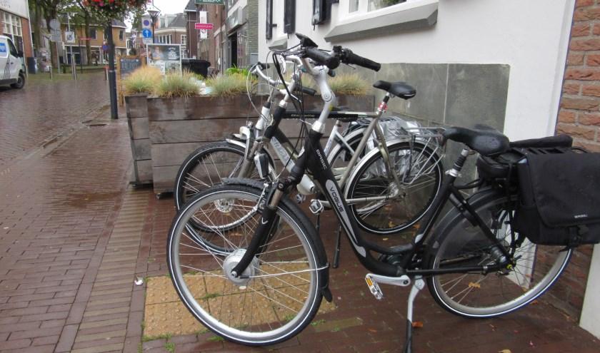 Gele noppentegels die door fietsen die erop gestald zijn niet gebruikt kunnen worden door blinden/slechtzienden. (foto: An Bloemberg)