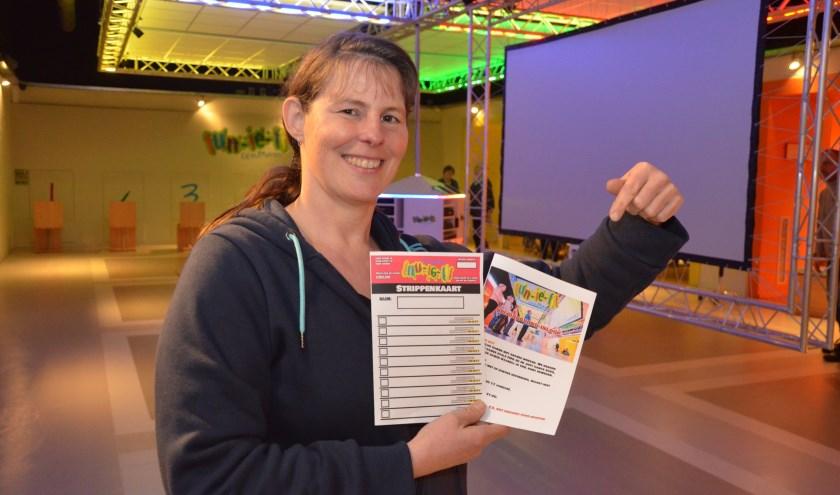 Jolanda heeft de nieuwe strippenkaart voor de Gameklup in handen