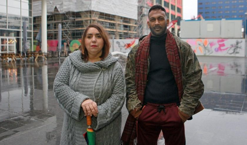 Fatima Faid (links) vindt dat er meer sociale huurwoningen gebouwd moeten worden. Fazle sluit zich daarbij aan. Als zzp'er is het voor hem bijna onmogelijk om een huis te vinden. (Foto: Peter van Zetten)