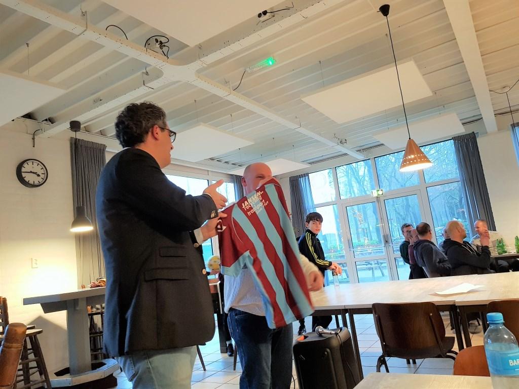 Marinus Jansen van 'Jansen Recycling en Transport', verbond zich voor drie jaar, als hoofdsponsor van de jeugd, aan OVC '85. Foto: Dick Martens © DPG Media