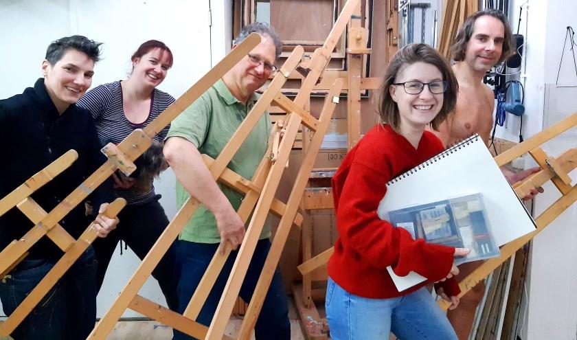 Cursisten van Atelier Rohde helpen met verhuizen.