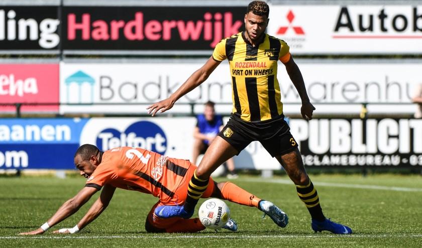 Aanvoerder Basil Camara wint een duel in de gewonnen wedstrijd tegen Stedoco (1-0).