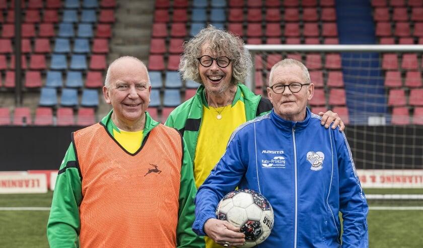 <p>Rennen is er dan misschien niet meer bij voor Christ van Prooijen, Frank van Empel en Wout Kennis. Maar dat is nou juist niet &nbsp;de bedoeling bij Walking Football. Minder snel, meer tactisch spel. Foto: The Line</p>