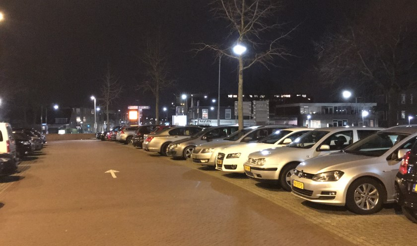 Een vol parkeerterrein aan de Oude Haven in Tiel