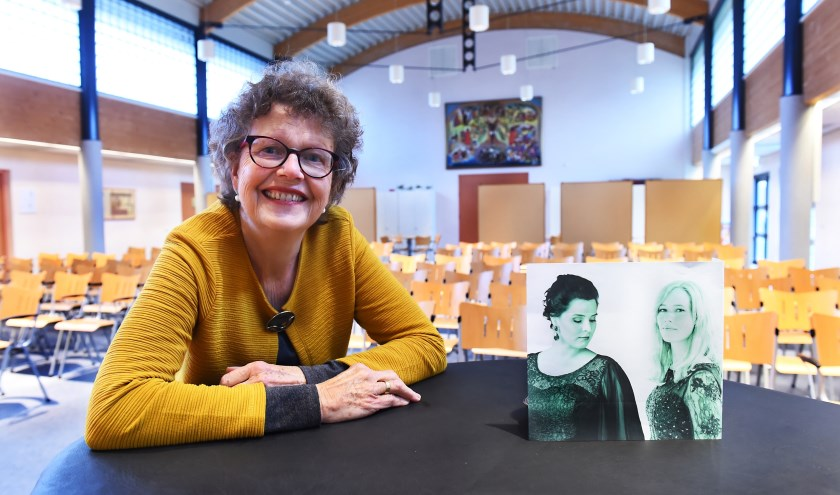 Joke Otten met op de afbeelding Irene Hoogveld (links) en pianiste Hanke Scheffer. (foto: Roel Kleinpenning)