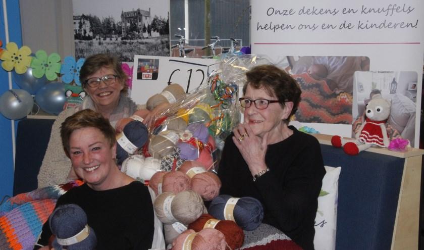 Tijdens het jubileum werden Margo, Patricia en Tiny bijna letterlijk bedolven onder de wol