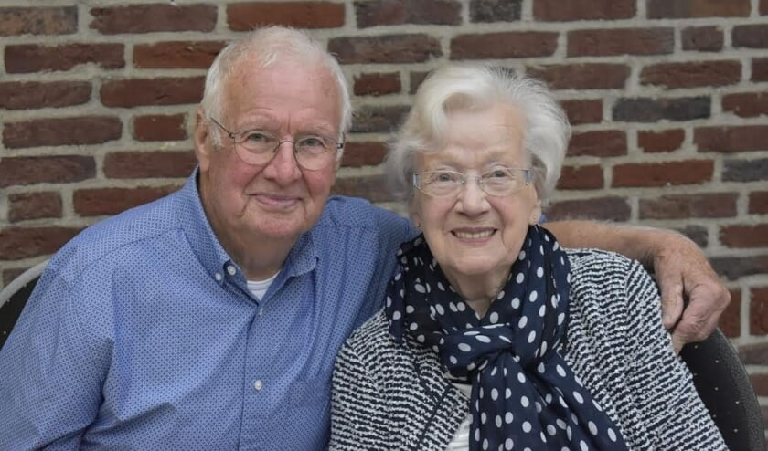 <p>Het diamantenbruidspaar Jan en Jeanne Jan Smeets- van Bakel.</p>
