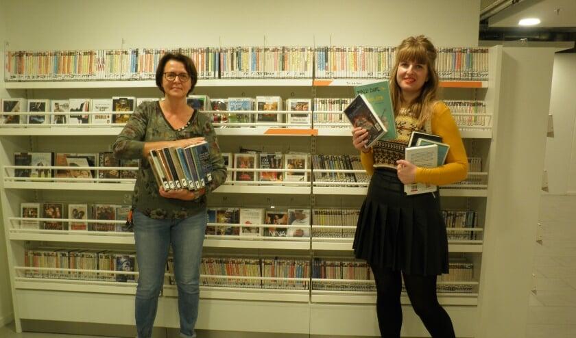 <p>Heleen Janse (links) en Sarah Pronk tonen enkele boeken, waaruit fragmenten worden voorgelezen. Foto Kees van Rongen</p>