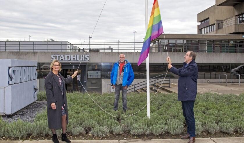 <p>Burgemeester Jan Lonink, wethouder Paula Stoker en Lammert Veenhuizen van het LHBT Netwerk Zeeland hesen vorige week de regenboogvlag.</p>