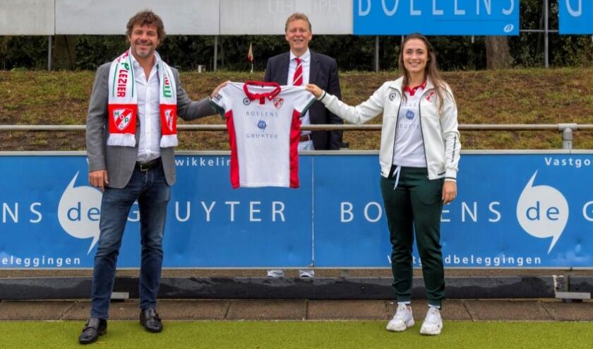 <p>Vlnr: vastgoedontwikkelaar Maarten de Gruyter, MOP-voorzitter Walter van Benthem en captain van MOP Dames 1 Colette de Beaumont.</p>