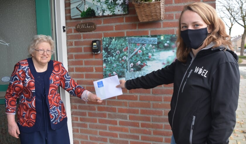 <p>Vrijwilligster Anja Wichers (links) is blij met de blijk van waardering die Willeke Mekelenkamp-Teseling haar persoonlijk overhandigde.</p>