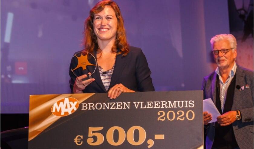 <p>Vertegenwoordigster van de uitgeverij van Mohlin & Nystr&ouml;m neemt de bronzen vleermuis in ontvangst.&nbsp;</p>
