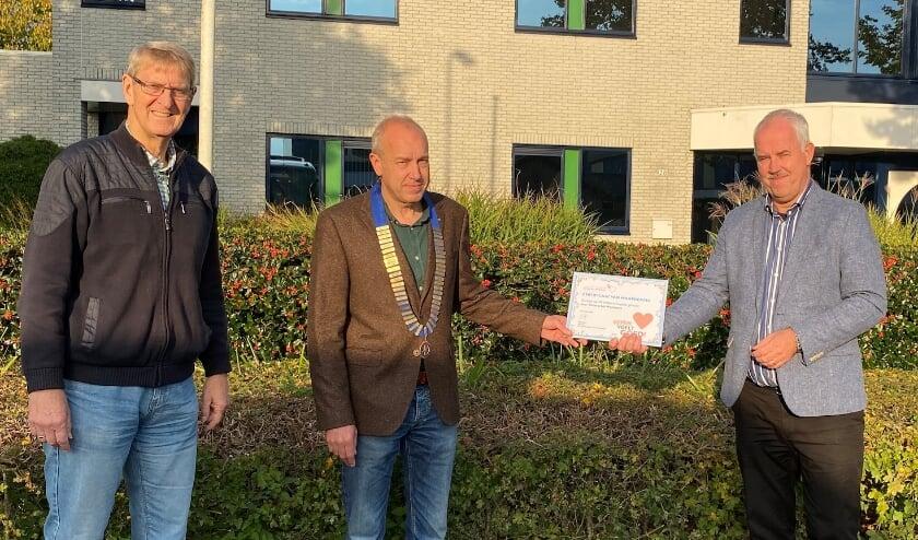 <p>Dick van Hemmen (l.), Edwin Engberts en (r.) Eddy Vlijm preses Vrienden St Jansdal. (Foto: Rotary Nunspeet)</p>