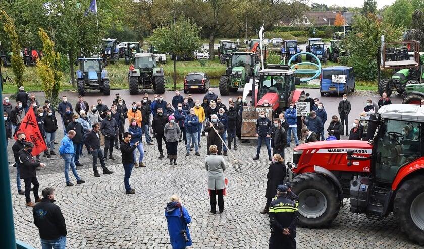 <p>Boeren verzamelen zich op het plein voor het gemeentehuis. (foto: Roel Kleinpenning)</p>