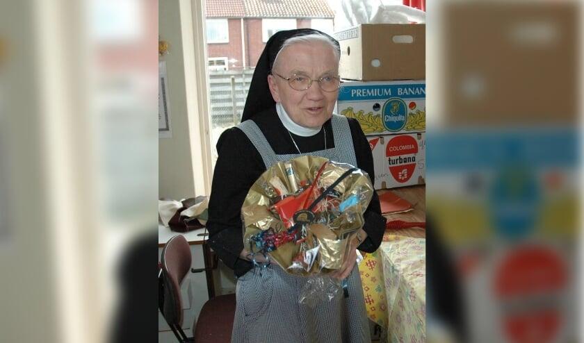 <p>Zuster Petronella in 2004 tijdens haar tachtigste verjaardag, in het lokaal van het Dekenproject. (Foto: Dekenproject)</p>
