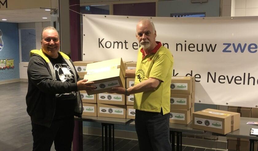 <p>Arthur Klerk geeft namens de vereniging aan lid Junneman Burkhard een verrassingspakket</p>