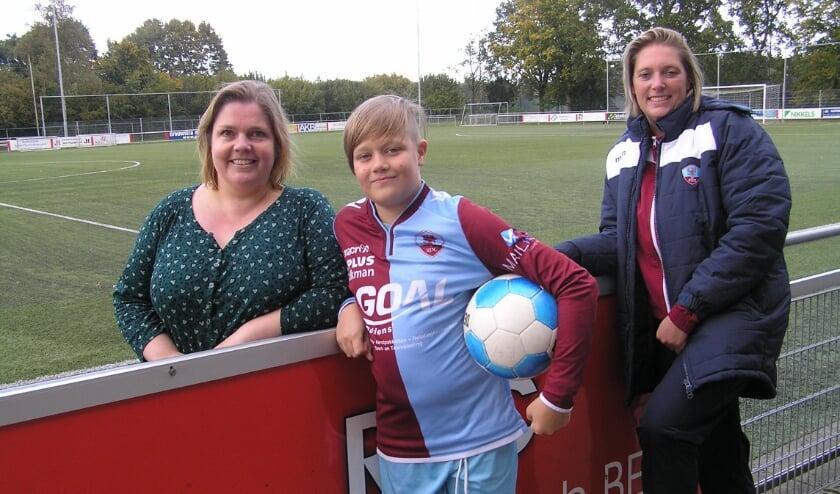<p>Linda (l), Vigo en Kristel hopen dat er meer teams komen voor Passend Voetbal. <br>(foto Gerreke van den Bosch)</p>