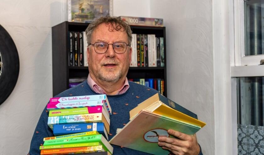<p>Toen Nederland werd ondergedompeld in corona begon Arjan van der Hout als fietskoerier zijn boeken te bezorgen bij belangstellenden uit de omgeving. Een mooi initiatief. Foto: Ton van de Vorst</p>