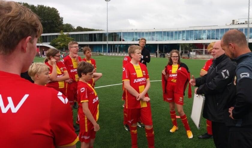 <p>Onder toeziend oog van voormalig topkeeper Edwin van der Sar beleefden de spelers van het G-team van Go Ahead Eagles in Amsterdam een onvergetelijk debuut in de Bijzondere Eredivisie.</p>