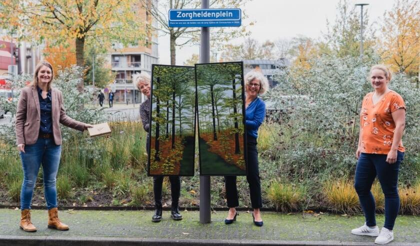 <p>De schilderijen zijn in ontvangst genomen door Janny Hardeman (2de v. r.) en Colinda van Driesten (2de v.l.), namens de kunstcommissie en door Nanda Pongers (r.), teamleider IC. Links Hennie Poetsma-Bruinsma.</p>