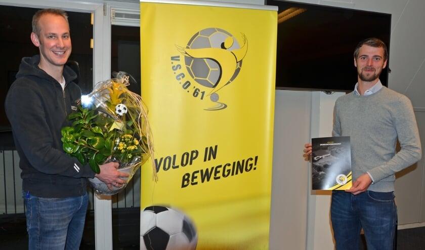 <p>Eddy Veldman (l) van Dickhof Rijwielen en Sponsorcommissievoorzitter Sjoerd Kwakkel van VSCO'61</p>