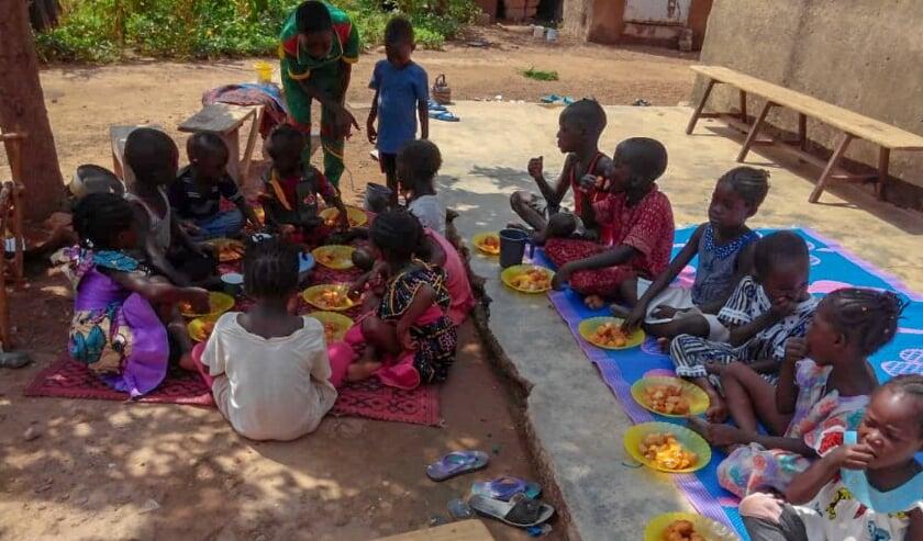 De kinderen krijgen een gezonde maaltijd en worden voorgelezen