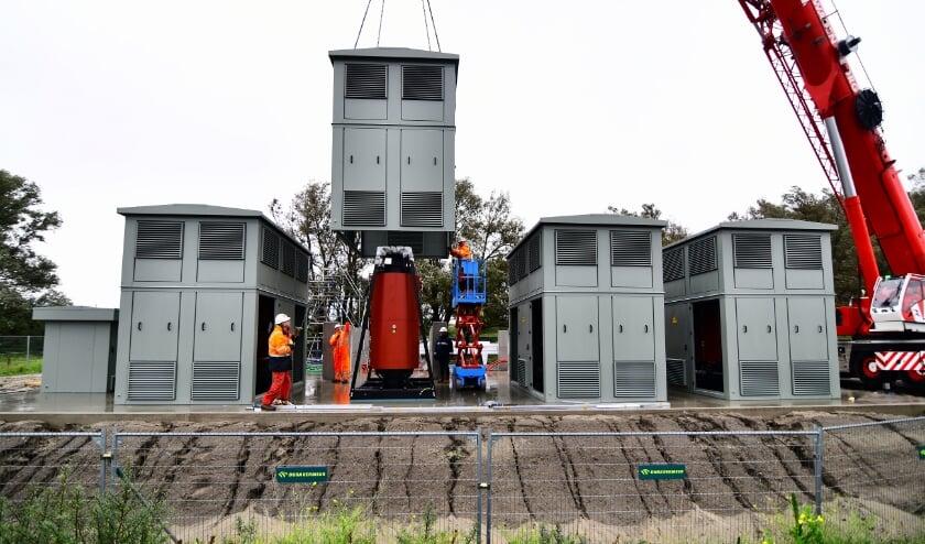 <p>De walstroominstallatie die Eneco en Havenbedrijf nu aanleggen op de Landtong Rozenburg. (Foto: Danny Cornelissen)</p>
