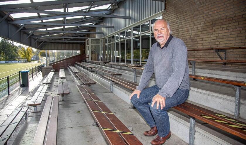 <p>Harry Oosterhuis, voorzitter van SV Zwolle, op de tribune van zijn club. (Foto: Frans Paalman)</p>