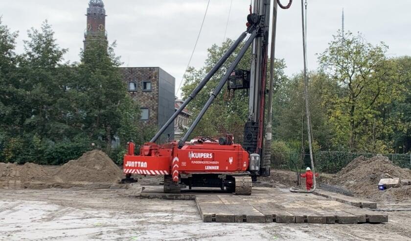 <p>Na lang wachten is de eerste paal van kindcentrum De Minstreel aan de Touwlaan dan toch de grond in gegaan. (Foto: Martijn Steue)</p>