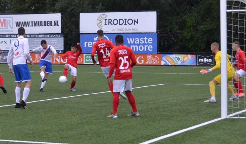<p>Wouter Swart maakt hier de 3-3. (Foto: Jan Boom)</p>