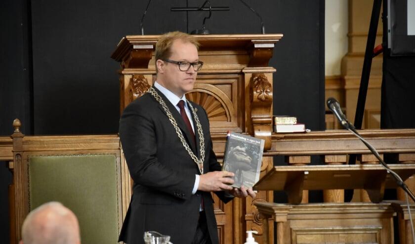 loco-burgemeester Maarten van Vierssen met het boek