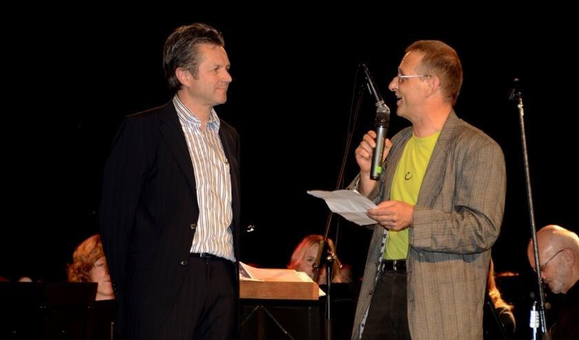 <p>Ad van Rijthoven, links op de foto, neemt afscheid na 18 jaar exploitatie van De Kei in Reusel. Foto: archief Jan Wijten</p>