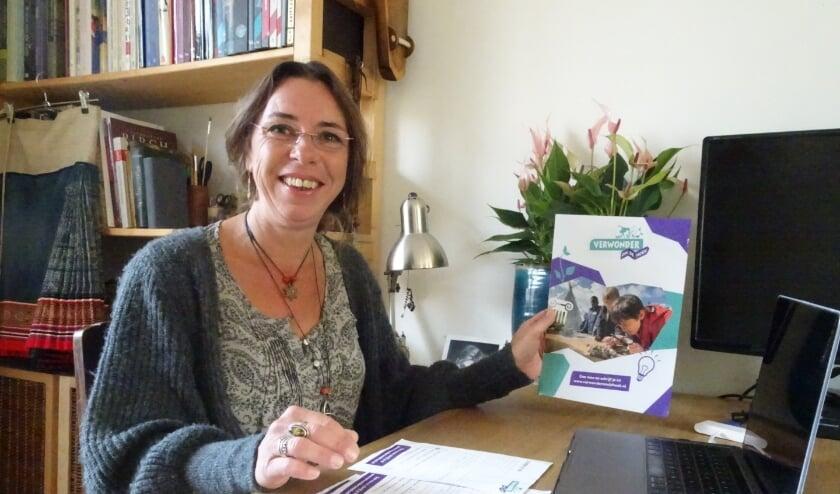 Wijkcoach Eva IJsveld: 'Bij elk onderdeel kunnen kinderen zelf dingen ontdekken'  Foto: Marieke Roggeveen