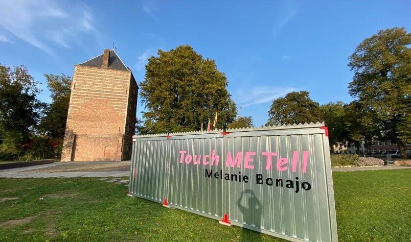 <p>Een blikvanger met een bijzondere inhoud van beeldend kunstenaar Melanie Bonajo als cadeautje aan de stad. Gratis toegankelijk voor iedereen die zich wil laten verrassen. (Foto: MIJ, Jassir Jonis)</p>