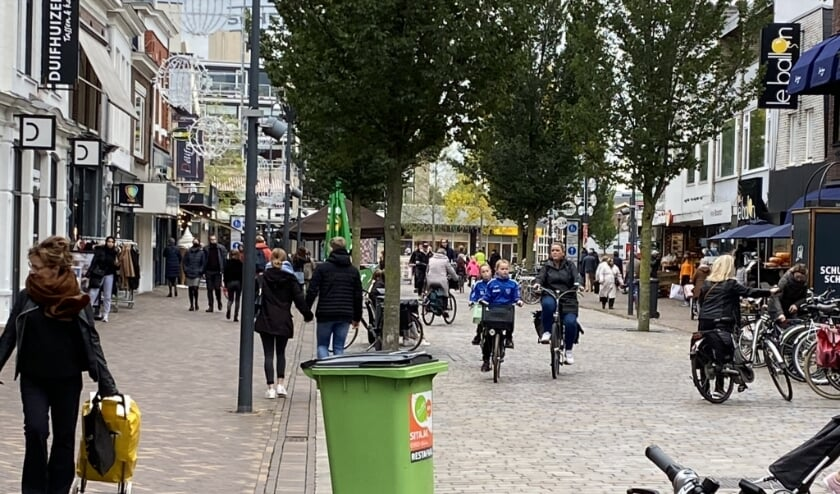 Winkelend publiek in de Hoofdstraat van Veenendaal.
