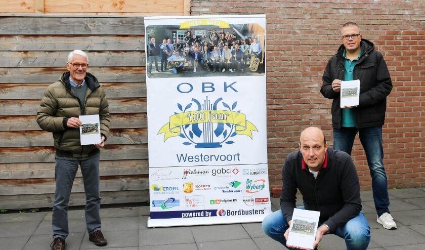 <p>Auteur van het jubileumboek Willem Vlijm (links) en Remco Bosveld en Ronny Arends (rechts) van de jubileumcommissie van OBK.</p>