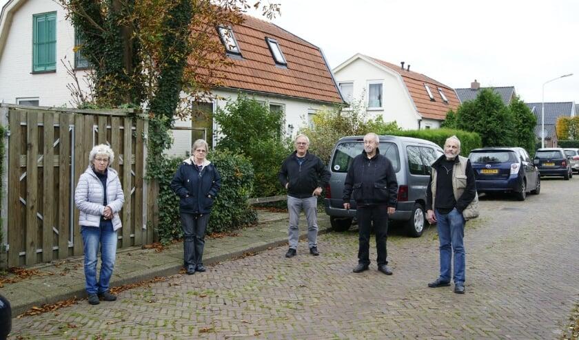 <p>Bewoners van het 'Rooie Darp' met v.l.n.r.: Nel Brouwer, Louis Berends, Peter Siebenheller, Eef Berends en Adrie van der Horst.</p>